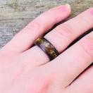Roosipuust sõrmus purustatud tiigrisilmaga